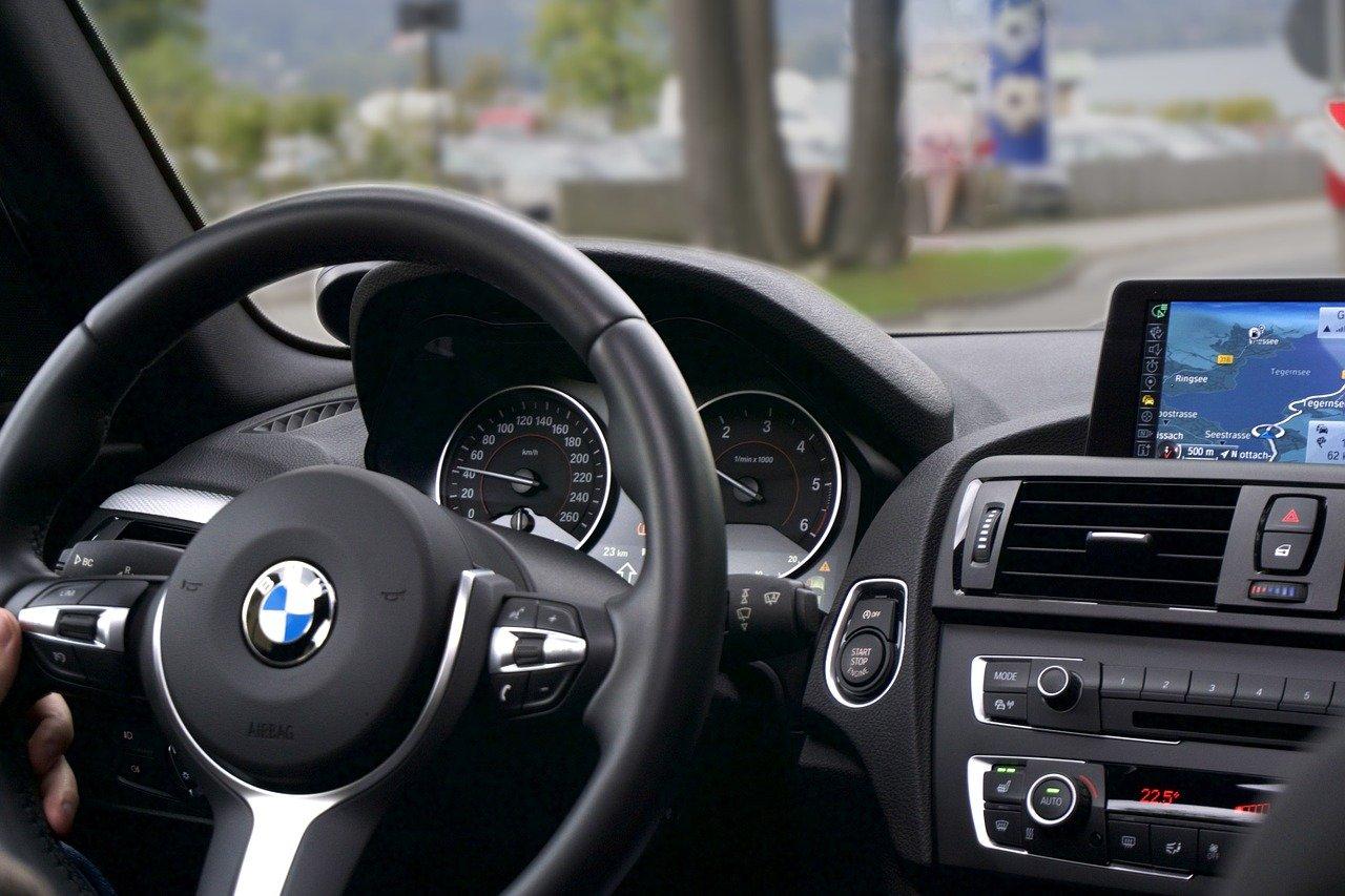 Jak zainstalować nową elektronikę w samochodzie?